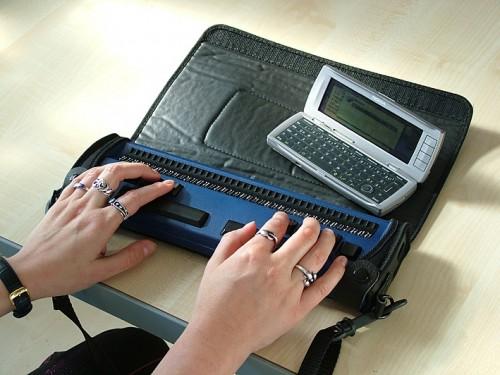 Egy Nokia kommunikator (pda) bluetooth-on keresztül kapcsolódik egy braille író-olvasóhoz. Mindez egy zsebben is elfér.